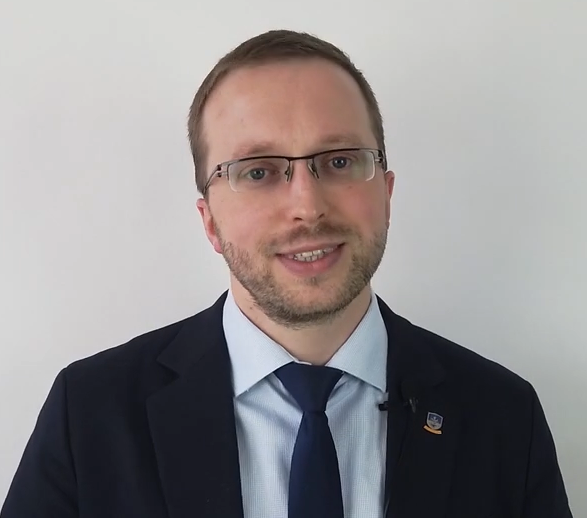 """Sebastian Pontus - wychowawca klasy 3, koordynator zajęć pozalekcyjnych, koordynator ds. innowacji w Stowarzyszeniu """"Węgielek""""."""
